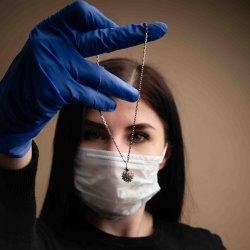 Руски бижутер изработи коронавирус накит