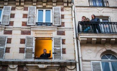 Оперен певец прави серенади от прозореца си в Париж