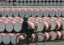 Петролът с рекордно нестабилни цени през март