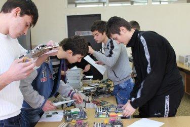 Компютърната гимназия в Правец плаща интернета на учениците си