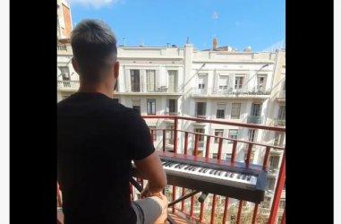 Серенада срещу вируса: Компютърен програмист свири на балкона си в Барселона