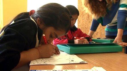 Е-обучение в ромските махали: всички учат заедно - деца, мама, тате, баба и дядо