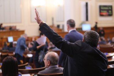 След популистко наддване: Премиер, министри и депутати остават без заплати до 13 май
