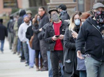 Хиляди в щата Уисконсин чакаха с часове да гласуват на първични избори