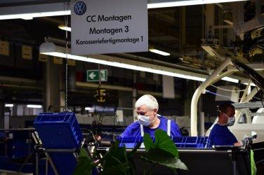 """""""Фолксваген"""" възобновява дейността на основния си завод във Волфсбург"""