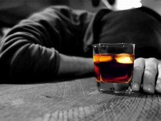 Наред с вируса над руснаците в социална изолация витае и призракът на алкохола