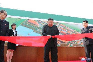 Ким Чен-ун се появи публично, откри завод