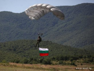 Специалните части: Не плащайте за скок с парашут, ние ще ви плащаме да скачате