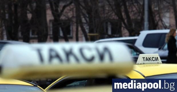 Големите таксиметрови компании в София поставят прозрачни прегради в колите,