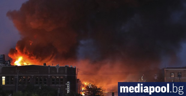 Протестиращи опожариха полицейски участък в град Минеаполис, в северната част