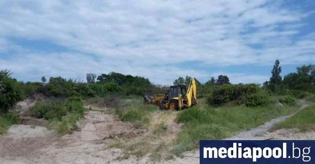 Багер е разровил пясъчни дюни на плаж в Ахтопол, сигнализира