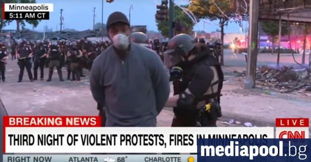 Чернокож репортер на CNN беше арестуван заедно с екипа си,