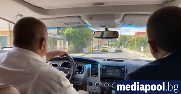 Актьорските изпълнения на премиера Бойко Борисов, шофиращ джипката си из
