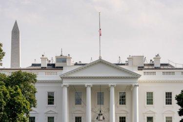 Протестите засенчват пандемията, но Белият дом се страхува от нов взрив на заразата