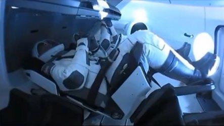 Капсулата на SpaceX се скачи с Международната космическа станция
