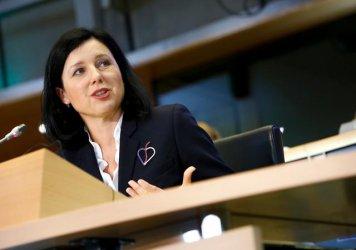 Зам.-председателят на ЕК Вера Юрова подкрепи Туитър в спора й с Тръмп