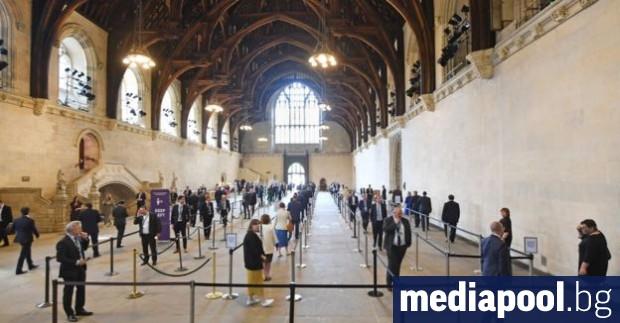 Депутатите в 650-членния британски парламент си блъскат главите над въпрос,