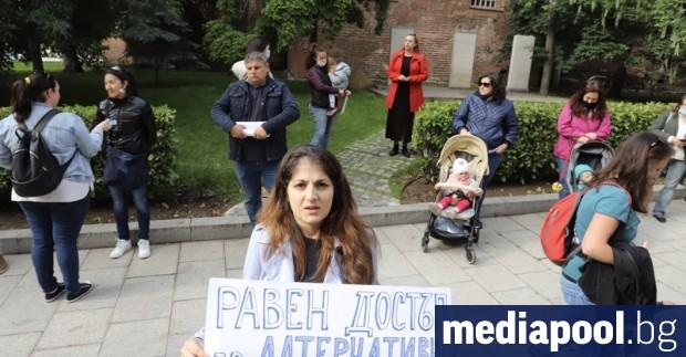 Родители излязоха на протест пред Столичната община заради продължаващия от