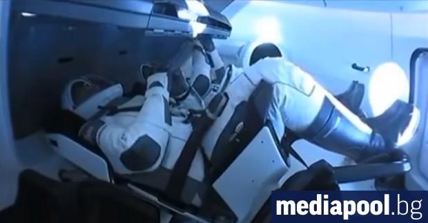 Капсулата на SpaceX (Спейс Екс) с двама американски астронавти на