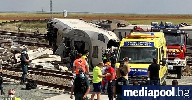Двама души бяха убити, когато високоскоростен влак с над 150