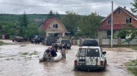 Трима загинаха, а стотици са евакуирани след наводнения в Украйна