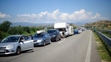 Гърция затваря границата с България за три дни