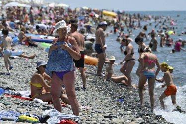 Без социална дистанция на препълнените черноморски плажове на Русия и Украйна