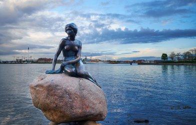 """Малката русалка в Копенхаген се оказа """"расистка риба"""""""