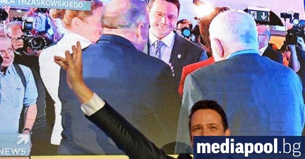 Либералният кандидат Рафал Тшасковски може да победи на втория на