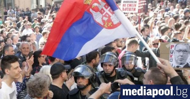 Десетки арести бяха извършени в Белград, след като група буйстващи