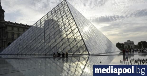 Няколко десетки парижки туристически гидове с предпазни маски на лицето