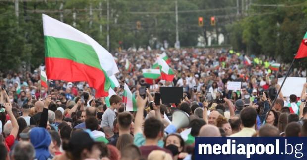 За шеста поредна вечер близо 10 хиляди души скандираха