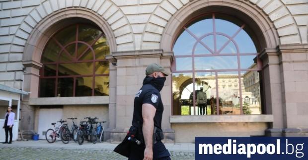 Прокурори са влезли в президентството в четвъртък сутринта. Те претърстват