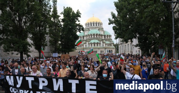 Във вторник за шести пореден ден хиляди хора се събраха