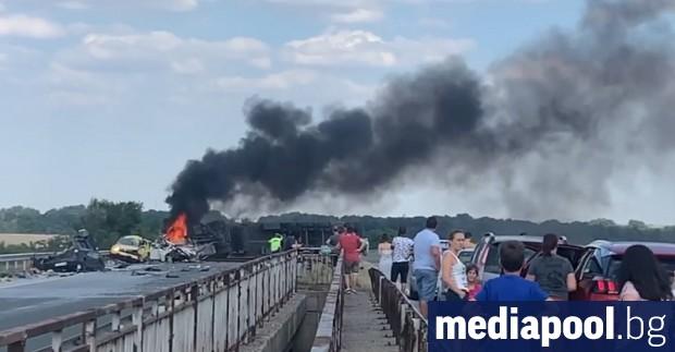 Шестима души загинаха при изключително тежка катастрофа на автомагистрала