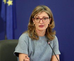 Захариева ще обсъди с гръцкия си колега движението в пандемията