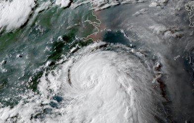 Тайфун връхлетя източното крайбрежие на Китай