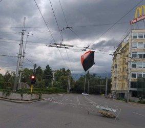 Порой в София, палатка от протеста кацна на тролейбусните жици