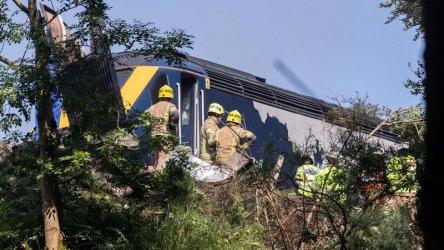 Трима души загинаха при влакова катастрофа в Шотландия