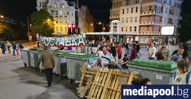 Блокадите на ключови кръстовища в София остават и в понеделник.