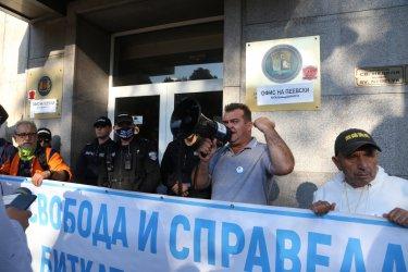 Три снимки. Отговорът на Цацаров към протеста под прозорците му