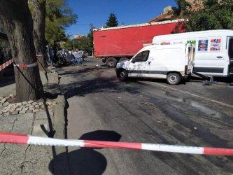 Камион предизвика меле в центъра на Айтос, загина млада жена