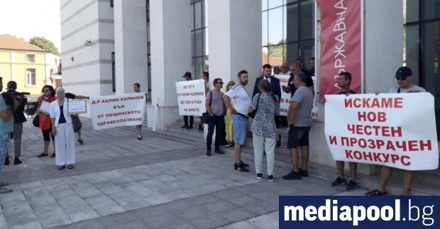 Протест на граждани, включително онкоболни пациенти, посрещна в четвъртък общинските
