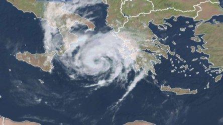 Буря, носеща ветрове с 200 км/ч, връхлита Гърция