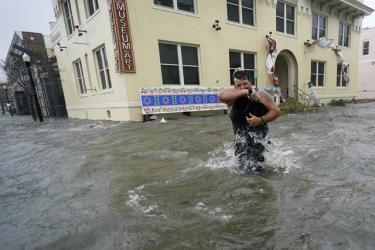 Най-малко един загинал след преминаването на урагана Сали през САЩ