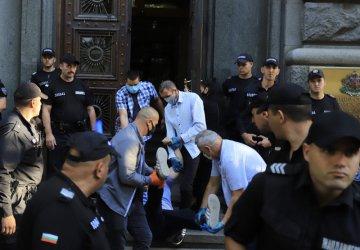 Ден 70: Униформени изведоха насила от парламента барикадирали се майки