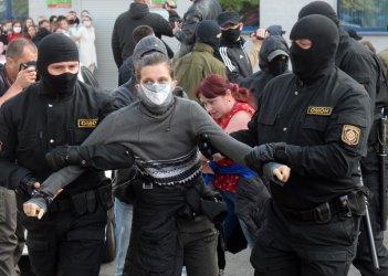 Стотици задържани жени в Минск след протест