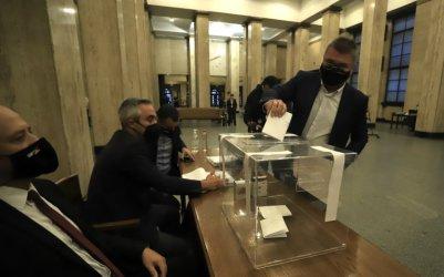 Прокурорите гласуват за член на ВСС на фона на протест