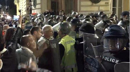 """""""Великото народно въстание 3"""" се сблъска с полицейския кордон"""