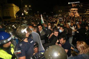 Трима полицаи са пострадали на третото Велико народно въстание